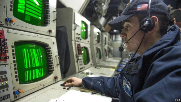 Моряки в трюме обрабатывают информацию, собираемую внешними датчиками