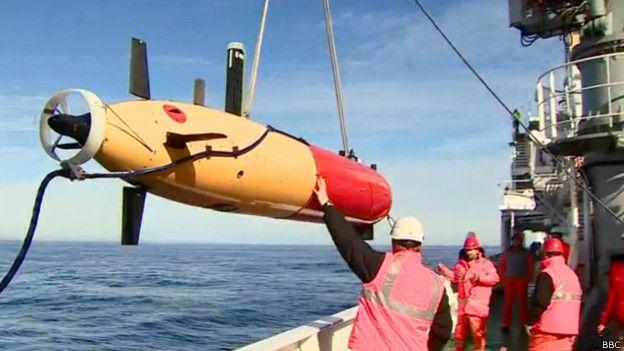 Специальные дистанционно управляемые аппараты исследуют дно, пытаясь засечь субмарину