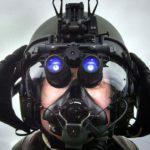 Британский военный пилот с прибором ночного видения на базе Лоссимут в Шотландии